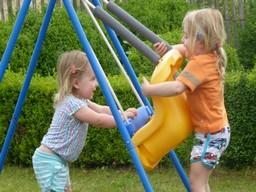 schommel, spelende kinderen, zomer
